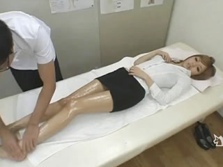 超美脚なモデル体型のギャルOLが脚をオイルマッサージされているうちに感じてエロいパンツをビッショリ濡らしてしまい整体師のチンポを自ら求めて腰振り騎乗位セックス FC2無料エロ動画