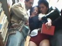 図書館で痴漢された後トイレに連れ込まれ着衣SEXされちゃうショートカット美人女子校生 裏アゲサゲ無料エロ動画