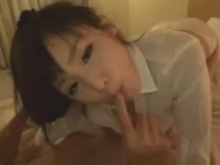 プロポーション抜群のモデル級美人のお姉さんが手マンで激しく潮をふきベッドで生中出しセックス 裏アゲサゲ無料エロ動画