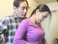 台所で巨乳のムチムチ黒髪人妻家政婦に後ろから硬いチンコ擦りつけて興奮させて中出しセックス FC2 無料エロ動画