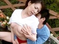 バレーが趣味の体操服姿の熟女の美乳義母と屋外で着衣のまま背徳感を味わいながら近親相姦SEX FC2 無料エロ動画