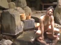 修学旅行の温泉で美人女子校生達が混浴露天風呂でおやじと青姦乱交パーティーSEX erovideo無料エロ動画