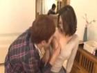 メガネのセクシーな巨乳義母と家族が家にいるのに隠れて禁断のセックスに持ち込む強引な息子 erovideo無料エロ動画