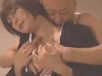 事故で寝たきりの夫を裏切りやり手の設計師と浮気SEXしまくる美人巨乳妻 裏アゲサゲ無料エロ動画