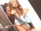 服屋のギャル系美人店員が狭い試着室でイケメンの若い男と喘ぎ声が周りに聞こえないように声を抑えてセックス erovideo無料エロ動画