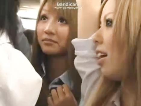 バスの中で仕事帰りのリーマンを逆痴漢して悦ぶドSで痴女な美形黒ギャル女子校生2人組 erovideo無料エロ動画