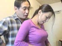台所で食事の支度をする巨乳のムチムチ黒髪人妻家政婦に後ろから硬いチンコ擦りつけて興奮させて中出しセックス FC2