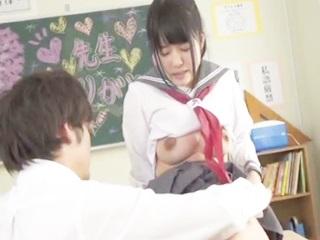 セーラー服の黒髪色白美乳JKと男子高校生の放課後の教室での初々しい制服着用セックス FC2 無料エロ動画