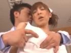 スレンダーなモデル系美人ナースがイケメン医者に迫られて手マンでイカされ服を着たまま犯されちゃう 裏アゲサゲ無料エロ動画