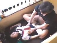 ネットカフェの狭い個室でおじさんとセーラー服を着たまま援交セックスする美人女子校生 erovideo無料エロ動画
