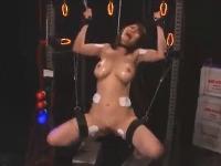 超巨乳の美女お姉さんが拘束されてこれでもかとおもちゃで責められてイキまくり2回戦は激しい3Pセックス erovideo無料エロ動画