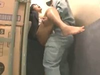 貨物用のエレベーターの荷物の陰で作業員にレイプされ怖くてお漏らししちゃうOLのお姉さん 裏アゲサゲ